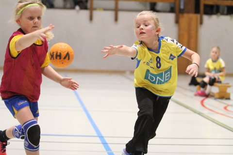 STREKKER TIL: Sol Isabel kjemper om ballen i Bamse Cup i Vestbyhallen.