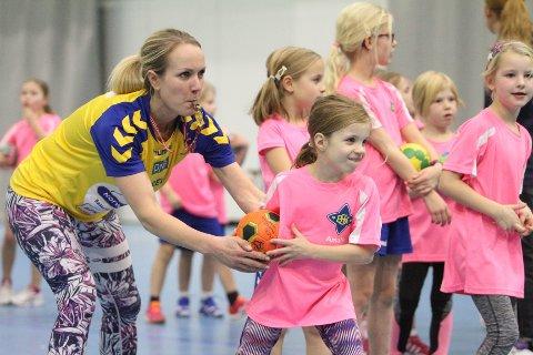 FOKUS: Trener Heidi Kalmo gjør Amalie Klar før hun skal skyte i straffekonkurransen.