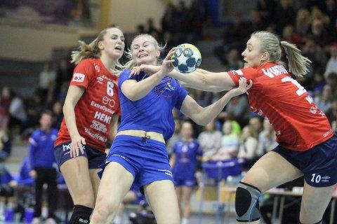 STOPPET: Rebecca Steinheim var en av få som får godkjent hos Oppsal, men her blir hun effektivt stoppet av Byåsens Silje Katrine Waade.