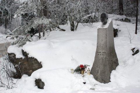 MINNESTED: 26. januar hvert år tennes det lys og legges ned blomster ved minnestedet for Benjamin Hermansen. Holmlia glemmer ikke. Arkivfoto