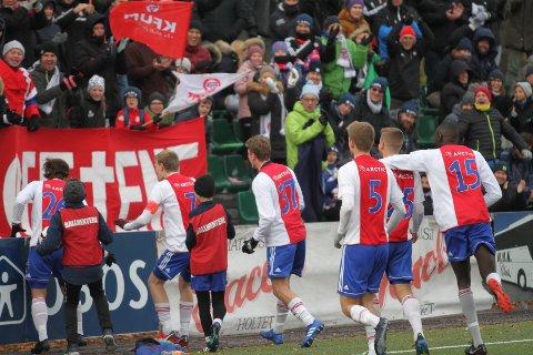 JUBEL: KFUM/Oslos spillere feirer seieren mot Egersunds sammen med supporterne sine.