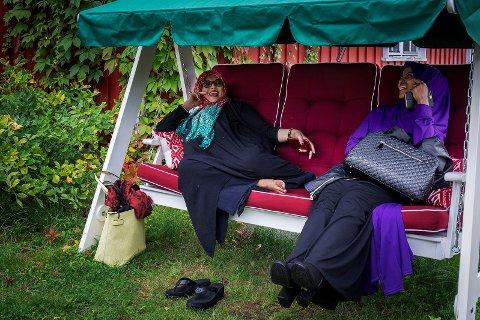 SVINGER SEG: Det ble også etablert et lite område i hagen hvor man kunne sitte ned å nyte en stille stund. Hammocken ble fort et populært sted å henge. Layla Jama Kahin (t.v) har funnet sin favorittplass.