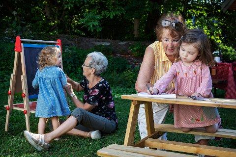GJENSIDIG GLEDE: Bekkelagstunet kultur og aktivitetskafe ønsker å tilby en møteplass der barn og eldre kan lære, leke og ha gjensidig glede av hverandre. Saga og Vilja Bleasdale Nøsterud tegner blomster sammen med Bestemor Solveig Engvold Nøsterud og Helen Bleasdale.