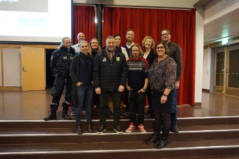 SAMMEN OM GODT NÆRMILJØ: Fra venstre Iselin (politiet), Lars Ruud (bak/FAU-leder Manglerud), Tina Rødahl (DS-leder/Manglerud), Lene Olsen Sundt (styreleder MS Fotball), Jan Kristiansen (Allianseidrettslaget MS), Thea Blystad Klem (MS Hockey), Peter Streijffert (rektor Manglerud skole), Vegard (klubbleder), Ellen Marie Ystad (ass.rektor Høyenhall skole), Annette T. Kristensen (driftsleder Høyenhall skole) og Jon Christoffersen (inspektør, Høyenhall skole)