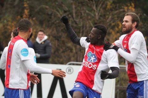 JUBEL: Moses Mawa har ordnet 1-0 til KFUM/Oslo, og gratuleres av Dodou Dada Gaye (venstre) og Stian Sortevik.