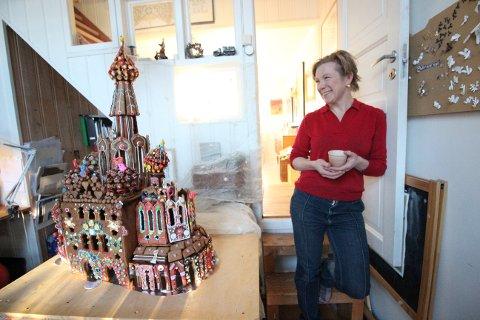 PROSJEKT: Det tok over en uke å lage det store pepperkakehuset, forteller smykkekunstner Kaja Gjedebo.