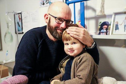 BLI ORGANDONOR: I slutten av januar skal Jesper få en nyre donert av pappa Magnus Holm som tilfeldigvis matcher. Familien vet at køen for å få nye nyrer er lang, og oppfordrer flere til å bli organdonor.