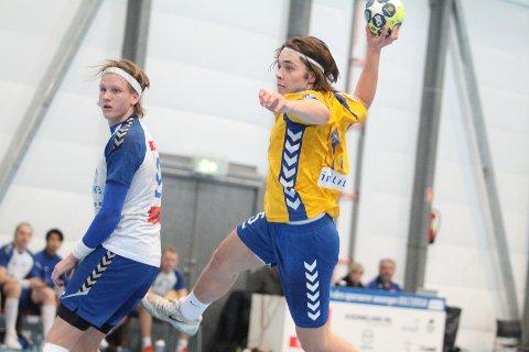 MÅL: BSKs Fredrik Stennes Jacobsen setter her inn 28-25 målet mot en utspilt Tim Midtbø Sundal og NIF.