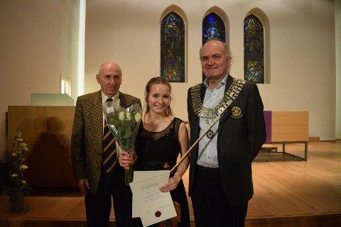 Fiolinisten Victoria W. Lewis ble den suverene vinneren av Nordstrand Musikkonkurranse. Her med resident i Nordstrand Rotary, Gunther Motzke (t.v) og Rotarys distriktsguvernør, Stig Asmussen.