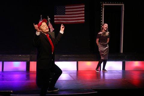 TRUMP: Donald Trump i Tadas Jocius' skikkelse er strålende fornøyd med nasjonalsangen framført av Rebacca Bangfield.