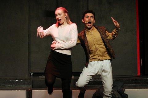 BOLLYWOOD: Marte Andersen-Gott Husby og Ishan Sharma slipper seg løs i Bollywood-dans.
