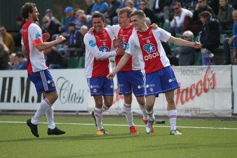 JUBEL: Stian Sortevik (venstre), Dodou Dada Gaye, Simen Vedvik og målscorer Fisnik Kastrati jubler etter sistnevntes 1-0 scoring.