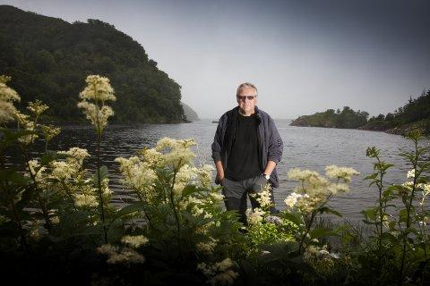 NOMINERT: – Jeg er glad for å skrive om livet på Helgeland på 30-tallet, sier han om bøkene om Ingrid Barrøy, som han nå er nominert til prestisjefylt litteraturpris for. Pressefoto: Cappelen Damm