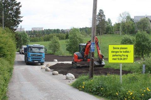 JUNI 2017: Bymiljøetaten fjernet ulovlige parkeringsplasser i Østensjøområdet miljøpark bak Abildsø sykehjem. Arkivfoto: Arne Vidar Jenssen