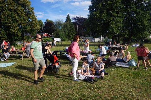 Folk koste seg i parken i det flotte sommerværet