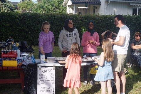 Avtroppende klasse 9C hadde kafè med salg av kaffe, kaker og loddsalg til inntekt for skoletur