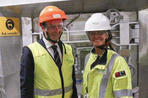 GLADMELDING: Olje- og energiminister Terje Søviknes (Frp) besøkte fredag Klemetsrudanlegget og Jannicke Gerner Bjerkås, CCS-direktør i Fortum Oslo Varme, for å fortelle at regjeringen godkjenner fortsatt finansiering av CO2-fangst. Pressefoto: Fortum Oslo Varme