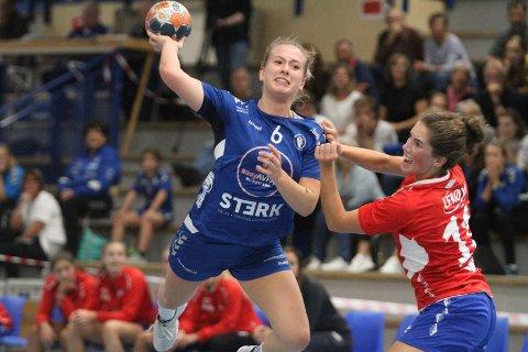 MORAL: Emma Skinnehaugen og Oppsal viste en herlig lagmoral da de snudde kampen mot Fana til seier.
