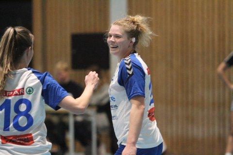 MATCHVINNER: Hulda Spurkland jubler etter å ha satt inn 30-29 scoringen i siste sekund, og gratuleres av Thea Grønnevik (venstre).
