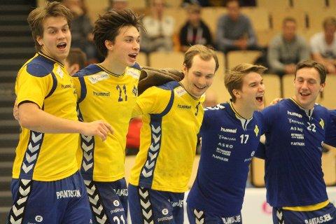 FORNØYD GJENG: Aksel André Strupstad (venstre), Fabian Sandven, Tormod Hauane, Fredrik Løvberg og Markus Fartum jubler etter seieren mot Kolstad.