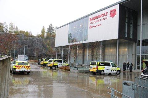 TILSTREKKELIGE RESSURSER: Politiet fikk melding om titalls elever som kastet stoler og utøvet skadeverk på Bjørnholt videregående. De er på stedet med flere patruljer.