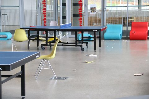 Flere elever var involvert i en episode på Bjørnholt videregående skole fredag ettermiddag, hvor blant annet stoler har blitt kastet. Politiet rykket ut med store styrker for å roe situasjonen.