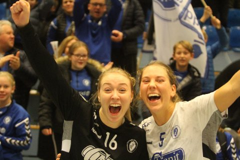 FORLATER OPPSAL: Eli-Marie Raasok (venstre) og Eira Aune har begge skrevet under for den danske klubben Silkeborg-Voel.