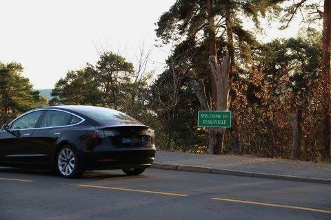 MANGE TESLAER: Da Nordstrands Blad sin fotograf skulle ta bilde av det nye skiltet i Kongsveien tok det ikke lang tid før Teslaene kjørte forbi på rekke og rad.