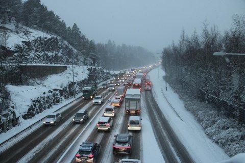 GLATT: Det er glatt på veiene flere steder etter nattens snøfall.