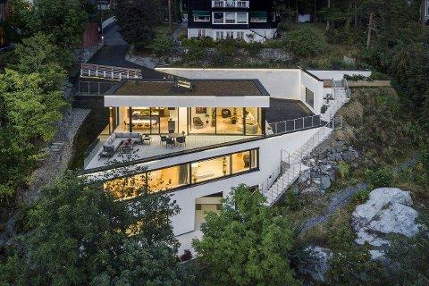 """NY BOLIG: Er du en av mange som er på jakt etter ny bolig i 2020? Nå kan denne funkisboligen på Nordstrand bli din. Med en prislagg på rett i underkant av 40 millioner kroner får du en splitter ny såkalt """"smartbolig"""" som kan styres med app, og utsikt over Oslofjorden."""