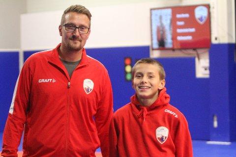 TRENER VARIERT: Pappa og håndballtrener Per Christian Grønntun Asplund sammen med sønnen Theo Normann.