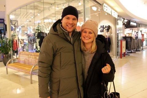 BYTTELAPP: Ole-Henrik og Pernille Stensrud bytter blant annet leker som datteren deres fikk til jul. Siden hun allerede hadde samme leke skal de returnere gaven og vil velge tilgodelapp.