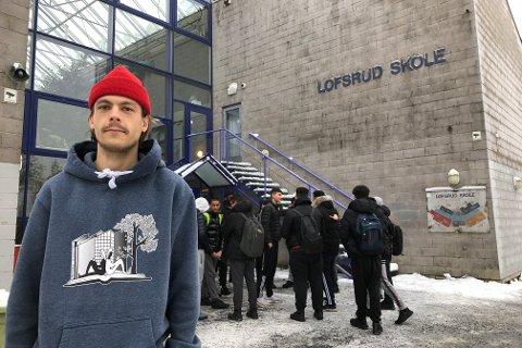 ROLIG: Det var stille og rolig på Lofsrud skole da Nordstrands Blad var innom tirsdag ettermiddag.  – Jeg er ekstremt glad i mange av elevene, sier miljøarbeider Knut Einar Hagen (bildet).