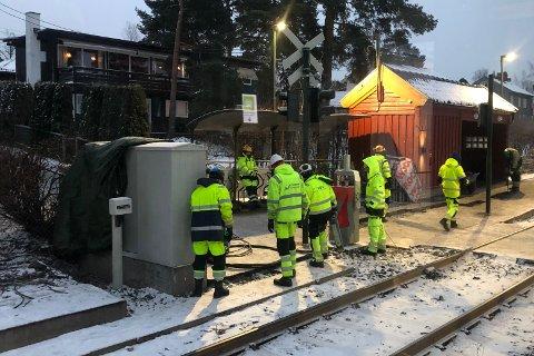 I ARBEID: Mannskaper fra Sporveien i arbeid på Sørli stasjon den første uken i desember. To andre anlegg blir ikke satt i drift før neste år.