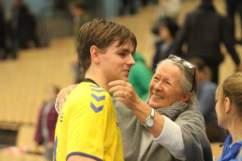 STOLT OG FORNØYD: En stolt bestemor, Ragnhild Lysgård, gir en fornøyd Oscar Aleksander Lysgård en god klem etter storkampen mot Follo.
