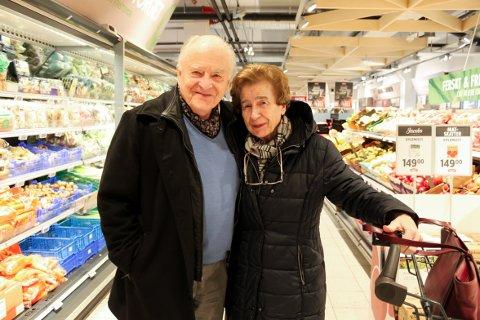 FORNØYDE: Rolf og Ingrid Kamsvåg er strålende fornøyd med både utvalg og pris på Meny Nordstrand. – Vi bor nærmere Jacob's på Holtet, men liker oss godt her, sier Rolf.