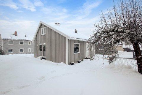 BYENS SØTESTE? Ikke så stort, men bøtter av sjarm. Dette lille huset på 70-80 kvm ligger i Guristuveien på Ulsrud og ble denne uken solgt for 5,2 millioner kroner - 400.000 kroner over prisantydningen. Foto: Veronika Moen