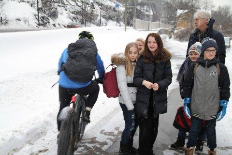 FARLIGE SITUASJONER: Det oppstår ofte farlige situasjoner når raske syklister og barn på vei til Nedre Bekkelaget skole må dele en felles gang- og sykkelvei.