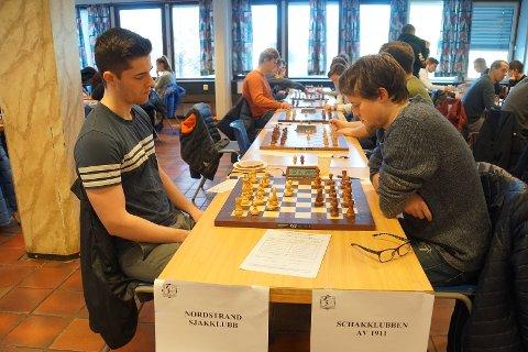 Johan Salomon tok en fin seier mot Frode Urkedal fra SK 1911 i siste runde av Eliteserien i sjakk. Foto: Anniken Vestby, Tromsø sjakklubb.