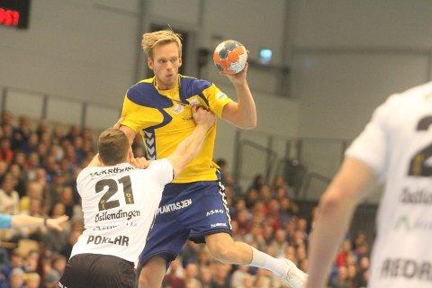 I KAMP: Det er slik kanskje mange kjenner Emil Midtbø Sundal. Som håndballspiller og målscorer. Her i aksjon mot Halden.
