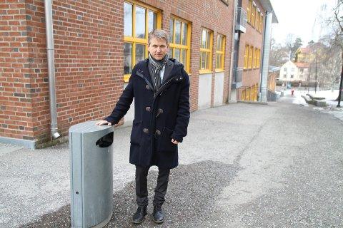 SØPPELKASSEBRANN: Rektor på Nordstrand skole, Christian Gulnes, er bekymret over mange søppelkassebranner og forteller at skolen har gjort  fysiske tiltak.