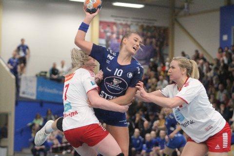 FIKKJULING: Sara Sætre Rønningen klarte seg bra med fire mål på fire skudd, men Oppsal fikk juling av Larvik.