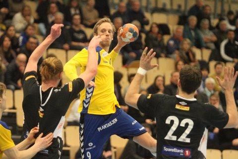 BOMMET: Emil Midtbø Sundal skjøt rett på keeper fem sekunder før slutt, og det resulterte i at Runar kontret inn 27-27 i kampens aller ssite sekund.