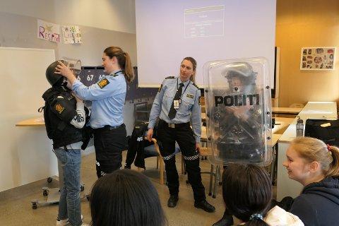 """Action da Silje (t.h.) og Janne """"rykket ut"""" til klasserommet på Kastellet skole."""