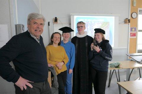 Frode Lærum fortalte om hva en professor kan jobbe med, og Håkon, Lukas og Henni fikk prøve klassiske akademikerbekledning. Raghild Fredheim koordinerte yrkesdagen fra skolens side.