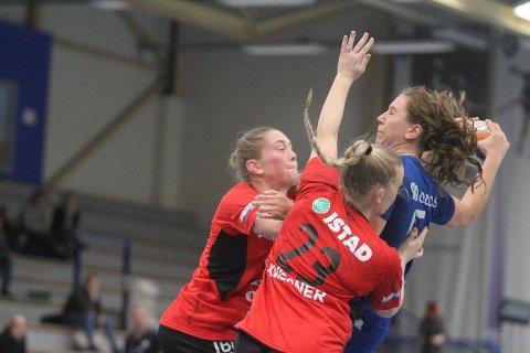 PAKKET INN: Eira Aune ble effektivt stoppet av Moldes forsvar, og scoret til slutt tre mål på ti skudd.