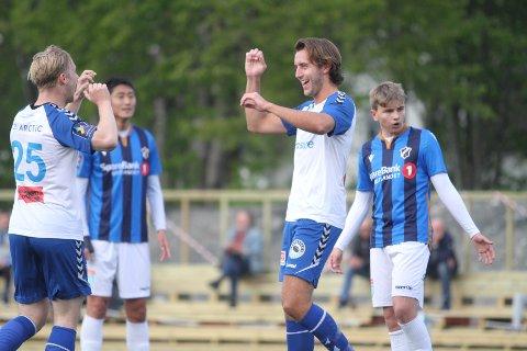 JUBEL: Erlend Hafstad Eikeland (høyre) har akkurat banket inn 2-0 til NIF, og gratuleres av Mikkel Storeskar.