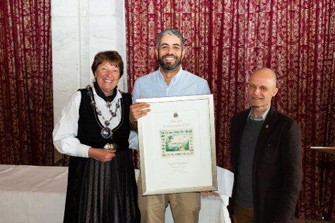 GLAD MOTTAGER: Yousef Hadaoui  mottok Oslo bys kunstnerpris 2. mai, her med ordfører Marianne Borgen og Harald Nissen (MDG), leder av Kultur- og utdanningskomiteen i bystyret.