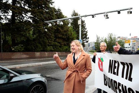 AKSJONERTE: Oslo FrP, med førstekandidat Aina Stenersen i spissen, aksjonerte mot nye bomstasjoner 1. juni. Her i Østensjøveien ved Østre Aker gravlund.  Foto: Lise Åserud / NTB scanpix