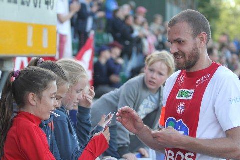 POPULÆR: Kaptein Stian Sortevik var populær blant de unge supporterne etter seieren mot Ham/Kam.